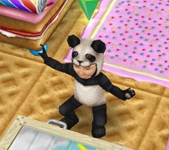 パンダの着ぐるみを着てポーズをとる幼児シム(The Sims フリープレイ)