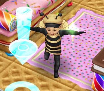 ハチの着ぐるみを着て、両腕をぱたぱたさせながら走る幼児シム(The Sims フリープレイ)