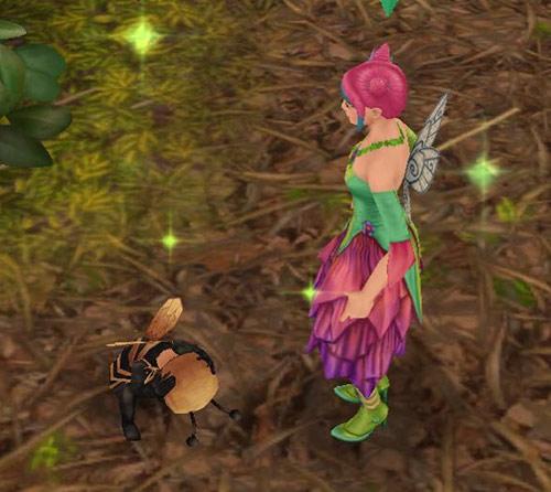 かくれんぼで、必死に隠れて丸まる幼児シムを発見したティーンシム(The Sims フリープレイ)