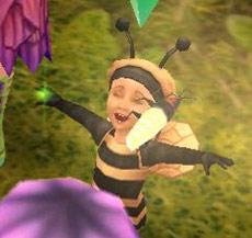 ほっぺに蛍をくっつけて喜ぶ幼児シム(The Sims フリープレイ)