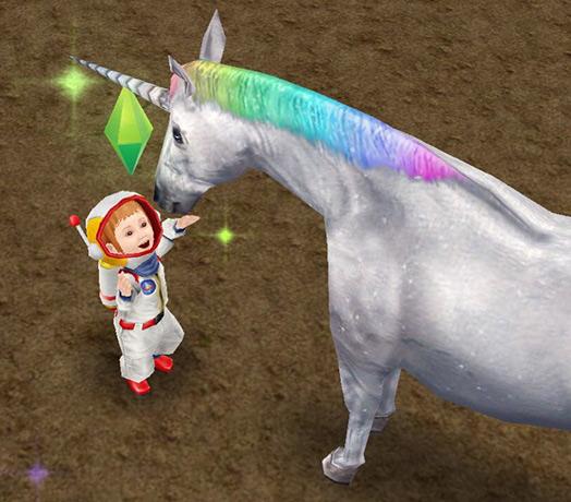 顔を近づけて喜び合う、宇宙服の幼児シムとレインボーユニコーン(The Sims フリープレイ)