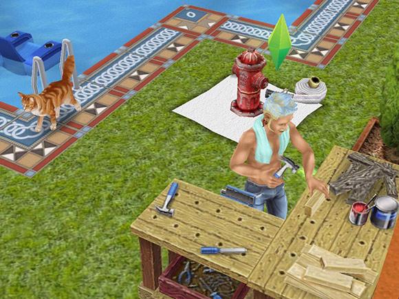 ソフトモヒカンに半裸のジーパン姿で木工作業をする男性シムと、離れて歩く猫(The Sims フリープレイ)