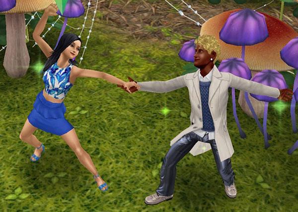 フェアリーサークルの広場で、笑顔で見つめ合いながらダンスを楽しむ男女シム(The Sims フリープレイ)