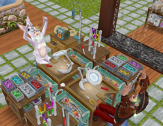 フレンチロマンスイベントのジュエリー工作セットで、完成したアクセサリーを満足げに掲げるシムたち(The Sims フリープレイ)