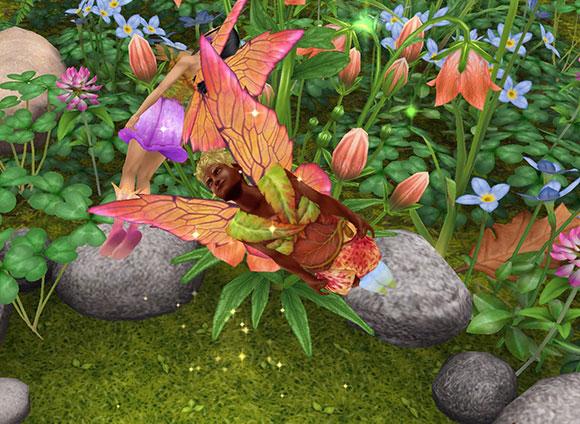 魔法の羽で妖精姿になり、上へ下へと飛び回る男女シム(The Sims フリープレイ)