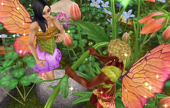 魔法の羽で妖精姿になり、花の茎を挟んで男性シムに笑顔を向ける女性シム(The Sims フリープレイ)