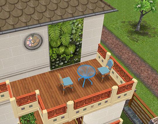 3階バルコニー。フランス風タイルの外壁、緑あふれる壁紙、漆塗りの木の床、青のメタルテーブル、フレンチ風の青いチェアという装い(The Sims フリープレイ)