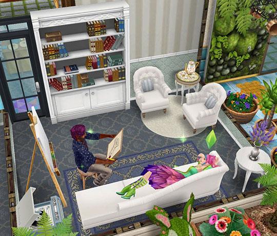 アートスタジオ。肖像画のソファでポーズをとるシムと、それをデッサンするシム(The Sims フリープレイ)