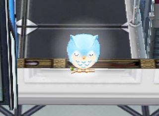照明をオンにした、青のフクロウのナイトライト(The Sims フリープレイ)