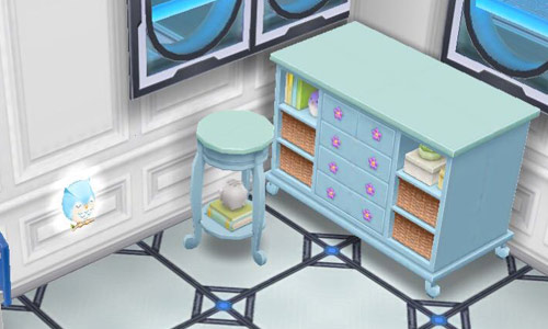 青のフクロウのナイトライト、青のベビーチェスト、青の子供部屋用テーブル(The Sims フリープレイ)