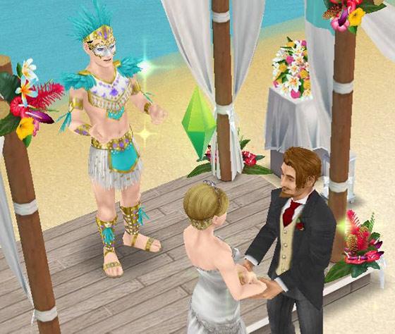 南国ロマンス島の結婚式で、手と手をとりあい熱く見つめ合う新郎新婦シム。と、それを見守るカーニバル姿の司祭役シム(The Sims フリープレイ)