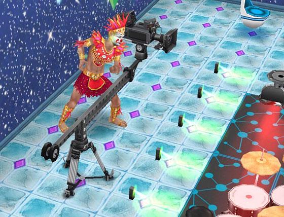 ブームカメラで撮影するカーニバル衣装の男性シム(The Sims フリープレイ)