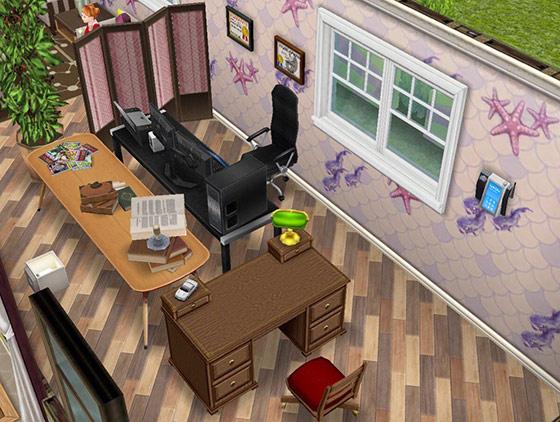 釣りテーマの装飾用壁紙、趣のある農家風の床、2画面のパソコン、ピンクのついたて、北欧風ダイニングテーブル、雑誌の山、呪文の巻物の束、叡智の書物、T1000の壁掛け電話、木製の学習机、学校の表彰状、大きな屋内用植物、アーバンな茶色のライトなどをレイアウトした職員室(The Sims フリープレイ)