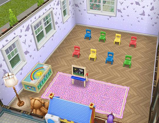 青い鳥の壁、ビーチデリースの床、ピンクのデリースフロアランプ、ドレスアップチェスト、小さな落書きボード、ピンクの粉砂糖ラグ、幼児用の椅子、明るい農家風の窓などをレイアウトした発表会ホール(The Sims フリープレイ)