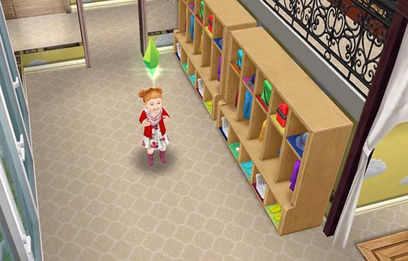 小さなコートロッカーの前で、お外遊びにわくわくする幼児シム(The Sims フリープレイ)