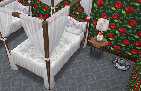 茶、黒に金縁のプティット・ノワール・テーブル、プティット・ルミエールランプ、暗色のロマンチックなベッド、バラ園の壁、バロニアルデリースの床、おしっこ掃除機(The Sims フリープレイ)
