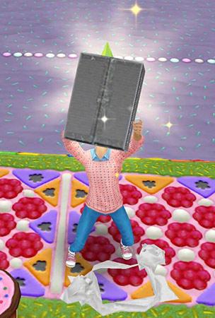 包装を破って出てきた、ぴかぴか光る灰色の箱を持ち上げる小学生シム(The Sims フリープレイ)
