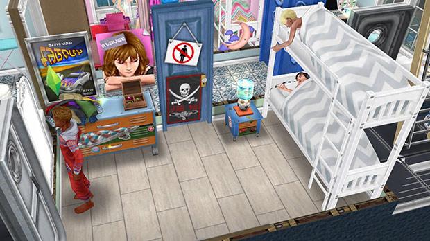 褐色の四角タイル、青のティーンのドア、船のドア、白い二段ベッド、青いベッドテーブル、サッカーのテーブルランプ、青いティーンのタンス、ティーンのポスター、服の山、シンプル宝石箱、ミラー・デュ・リフレなどをレイアウトしたティーン男子の部屋(The Sims フリープレイ)