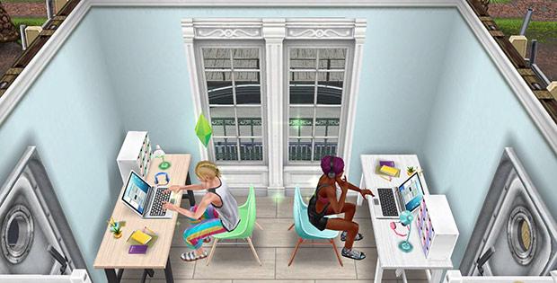 クールな学習机、明るい学習机、褐色の四角タイル、スカイシムトーンの壁紙、船のドアなどをレイアウトした書斎(The Sims フリープレイ)