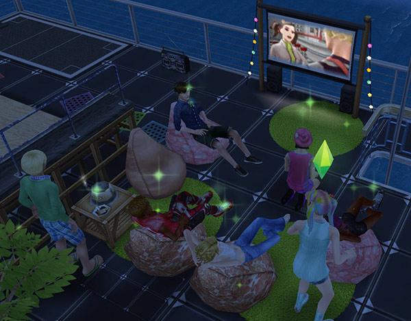 夜の屋上で、ビーンバッグチェアでのんびりしながらアウトドアシネマを眺めるティーンシムたち(The Sims フリープレイ)