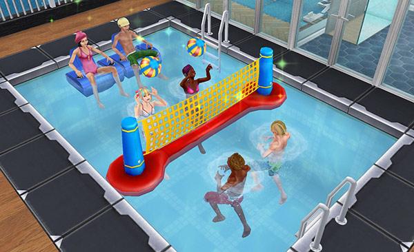 プールにてビーチバレーで遊んだり、エアーチェアに座って観戦したりするティーンシムたち(The Sims フリープレイ)