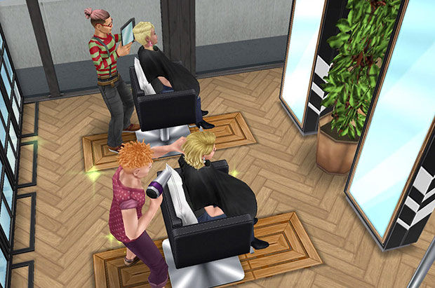 ヘアサロンのチェアで、ドライヤーや手鏡を使う美容師シムとお客シム(The Sims フリープレイ)