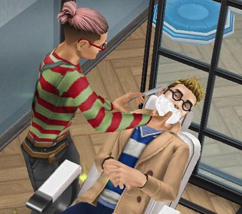 バーバーチェアでひげ剃りをする理容師シムとお客シム(The Sims フリープレイ)