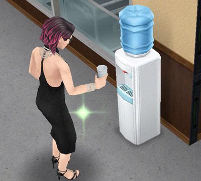 ウォーターサーバーで水を飲むシム(The Sims フリープレイ)