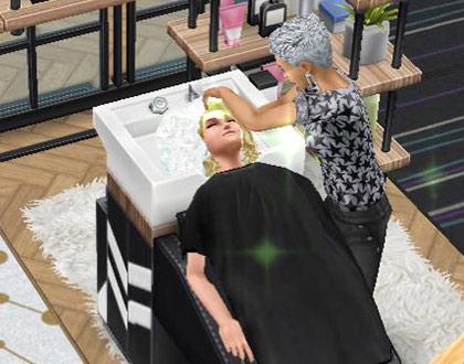 ヘアサロンのシャンプー台で、美容師シムに洗髪してもらうお客シム(The Sims フリープレイ)