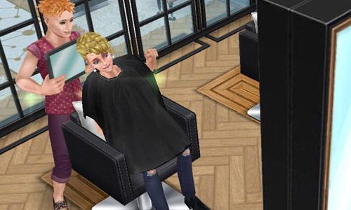 サロンチェアで、鏡を当ててヘアカットの出来栄えを見る美容師シムとお客シム(The Sims フリープレイ)