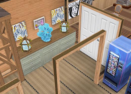 温泉郷シャレー、娯楽室前にある工芸品の飾り棚(The Sims フリープレイ)
