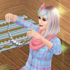 ジュエリー製品工作セットで作ったアクセサリーを嬉しそうに見せるシム(The Sims フリープレイ)