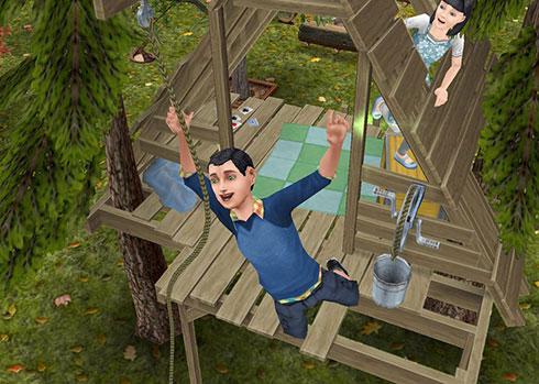 「子供用ツリーハウス」からロープをつかんで飛び出す男の子シムと、それを見守る女の子シム(The Sims フリープレイ)