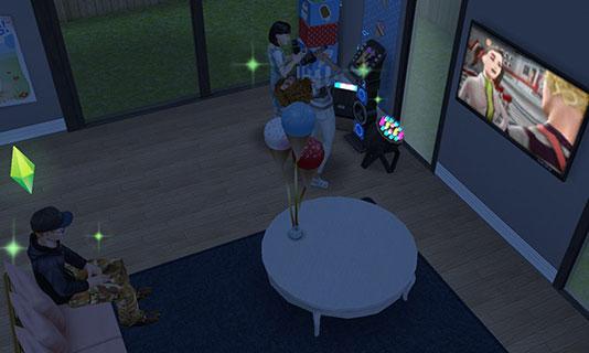 真っ暗なリビングダイニングルームで、テレビを見たりカラオケしたりするシムたち(The Sims フリープレイ)