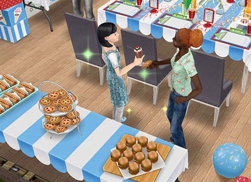 ミルクセーキを飲んだり、ピザを食べたりしながら談笑するシムたち(The Sims フリープレイ)
