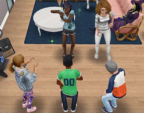 小学生シムたちの前でおどける、ティーンシムと大人シム(The Sims フリープレイ)
