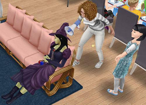 ぐっすり眠る魔女バーバラ・ヤーガを、拡声器を使って起こそうと頑張るシム(The Sims フリープレイ)