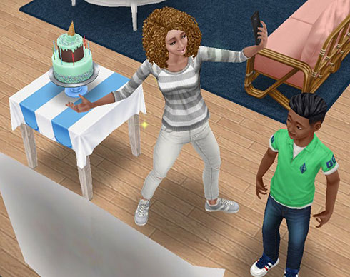 バースデーケーキと記念写真を撮るシムと、それをチラチラ見るディラン君(The Sims フリープレイ)