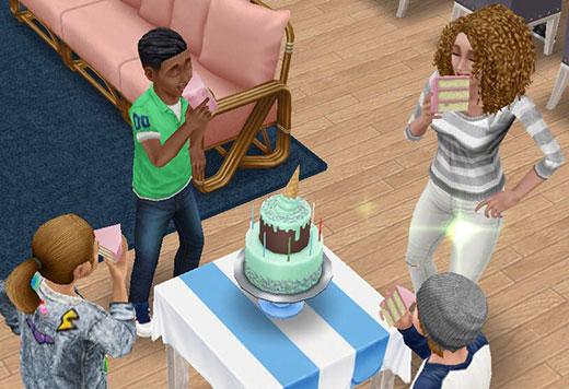 バースデーケーキににこにこかぶりつくシムたち(The Sims フリープレイ)