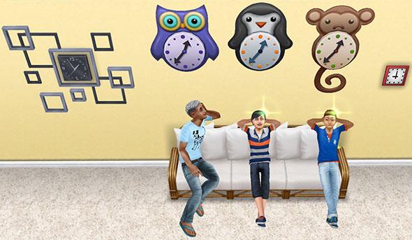 フクロウ、ペンギン、サルの時計を嬉しそうに眺めるシムたち(The Sims フリープレイ)