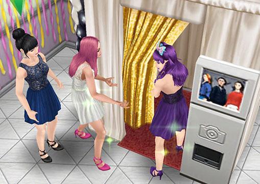 ロマンチックイブニングウェアのドレスを着てはしゃぎ、フォトブースで遊ぶシムたち(The Sims フリープレイ)