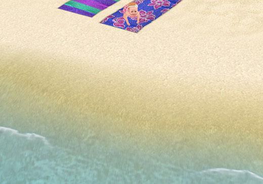 砂浜の水際でビーチタオルに避難する赤ちゃんシム(The Sims フリープレイ)
