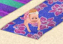 ビーチタオルの上から、じっと海を見つめる赤ちゃんシム(The Sims フリープレイ)