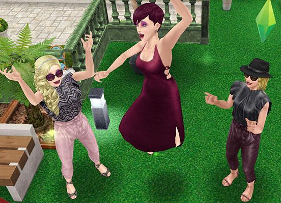 マキシドレスやフリル&レザーパンツを着て、はしゃぐ女性シムたち(The Sims フリープレイ)