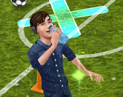 ペットボトルの水を飲むティーンシム(The Sims フリープレイ)