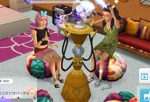 「ラグジュアリーなバブルバー」でシャボン玉を吹いて遊ぶシムたち(The Sims シムズ ポケット)